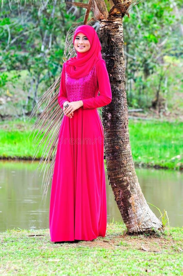 Красивые блузка и hijab носки дамы muslimah стоковое изображение rf
