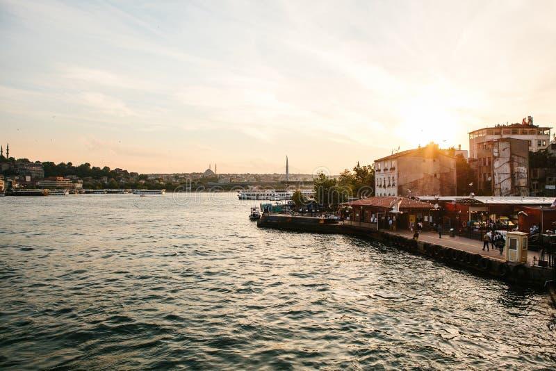 Красивые виды домов и зданий около Bosphorus в Стамбуле в Турции на заходе солнца стоковые фото