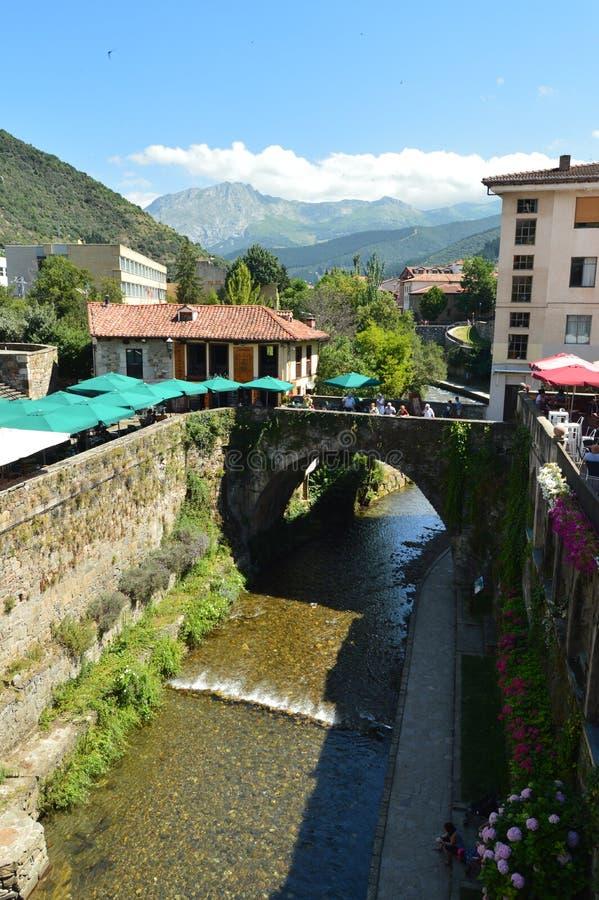 Красивые виды от римского моста в вилле De Potes Природа, архитектура, история, перемещение стоковые изображения rf