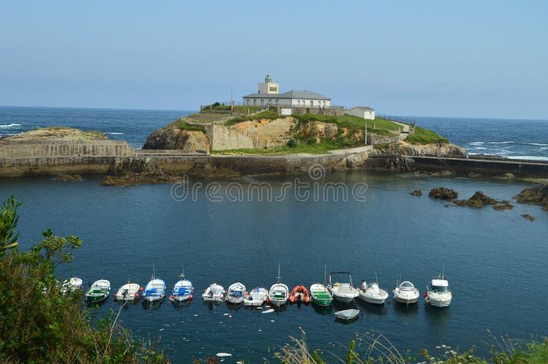 Красивые виды рыбного порта с маяком на предпосылке в Tapia De Casariego Природа, перемещение, воссоздание стоковое изображение rf