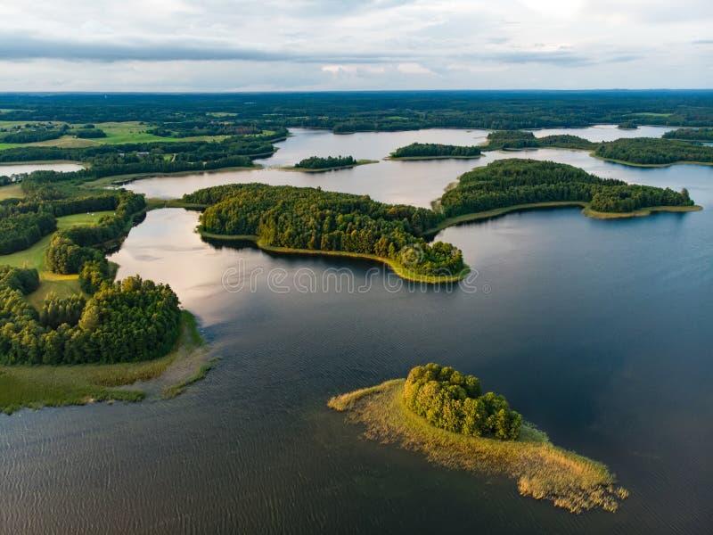 Красивые вид с воздуха региона Moletai, известный или своих озер Сценарный ландшафт вечера лета в Литве стоковое фото rf