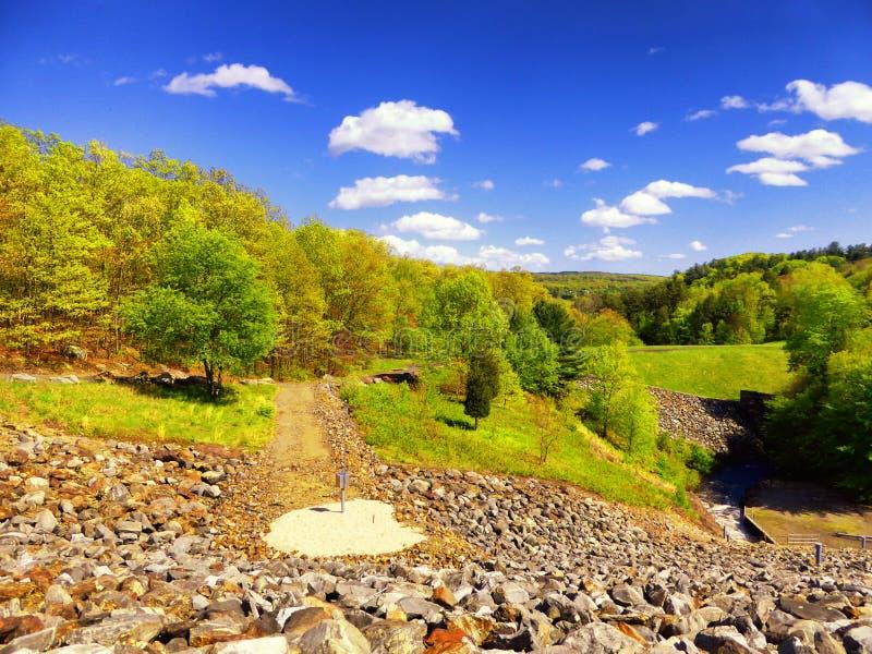 Красивые виды запруды ручейка хмеля стоковое фото