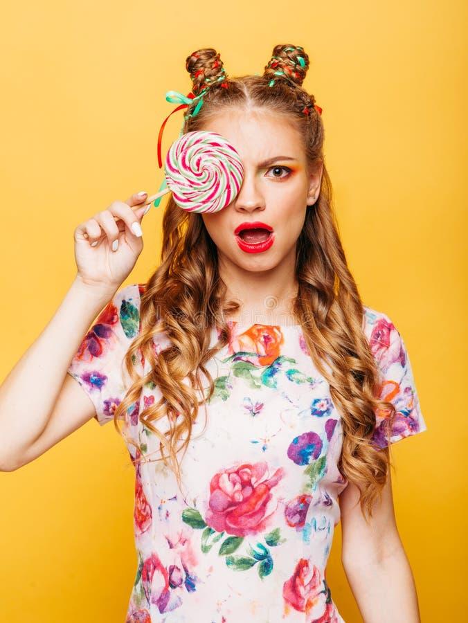 Красивые владения молодой женщины в конфете руки стоковое изображение rf