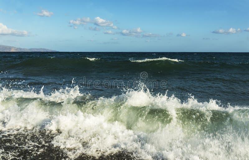 Красивые волны брызгают сиротливый пляж Романтичный & расслабляющий момент стоковое изображение