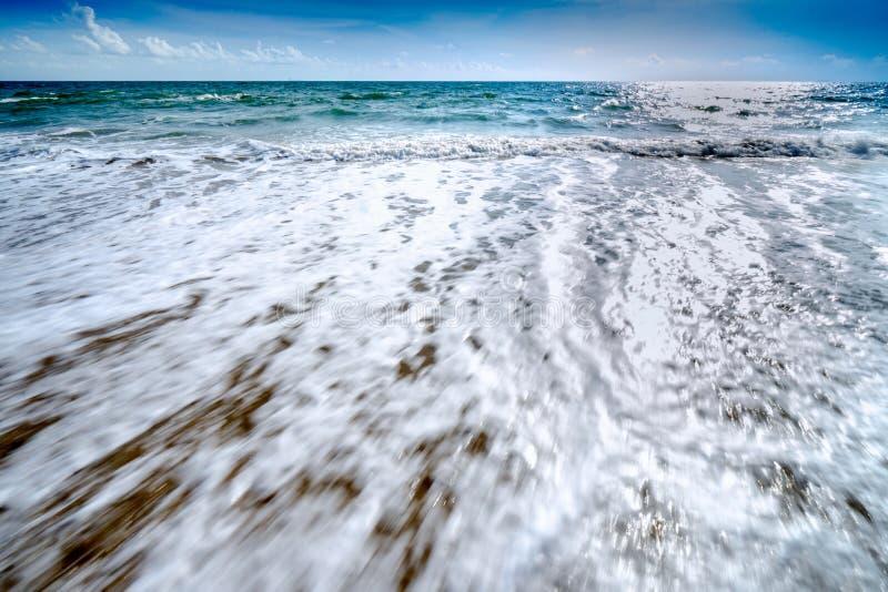 Красивые волны голубого океана на точном пляже песка стоковое фото