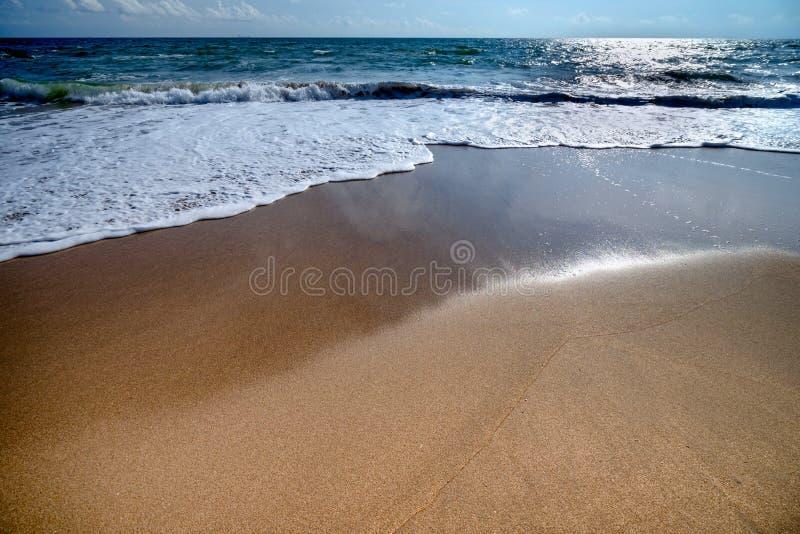 Красивые волны голубого океана на точном пляже песка стоковая фотография