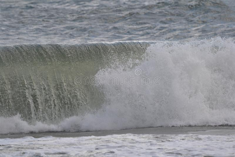 Красивые волны разбивая на пляже океана стоковое фото rf