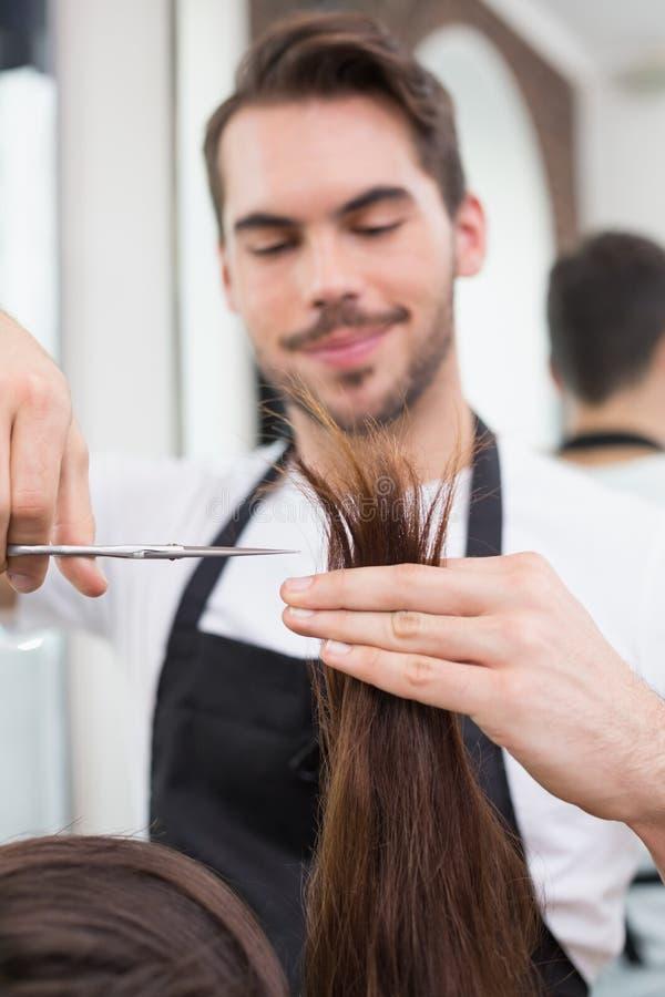 Красивые волосы вырезывания парикмахера стоковые изображения