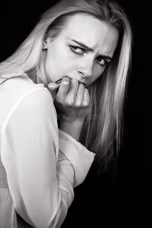 Красивые выкрики девушки, демонстрирующ ее тоскливость и эмоции стоковые фото