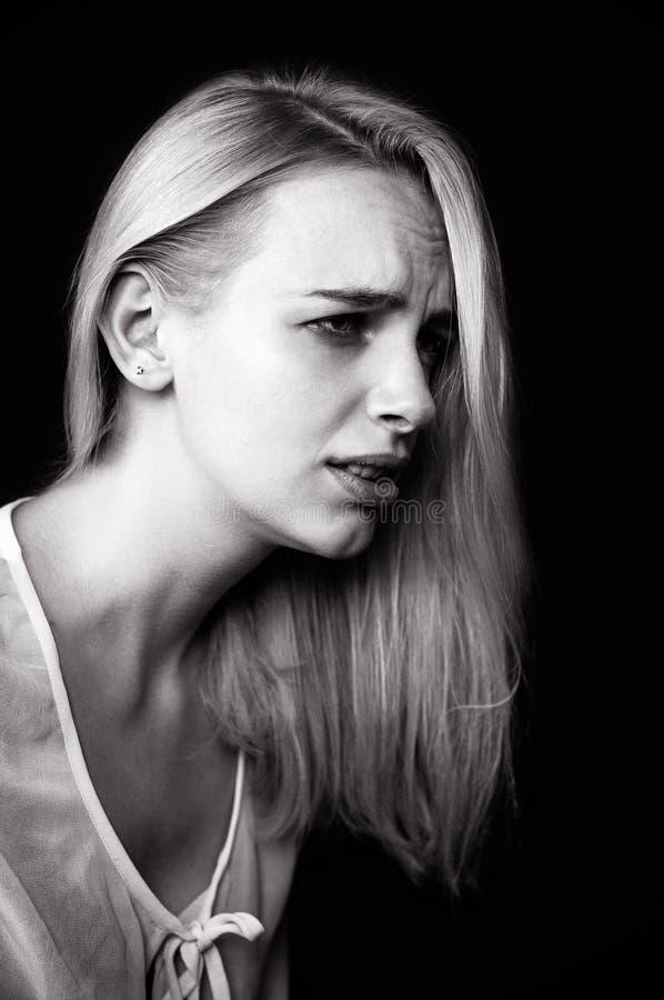 Красивые выкрики девушки, демонстрирующ ее тоскливость и эмоции стоковая фотография rf