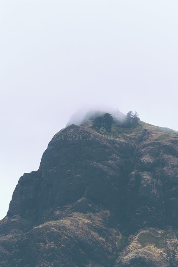 Красивые высокие скалистые горы стоковая фотография
