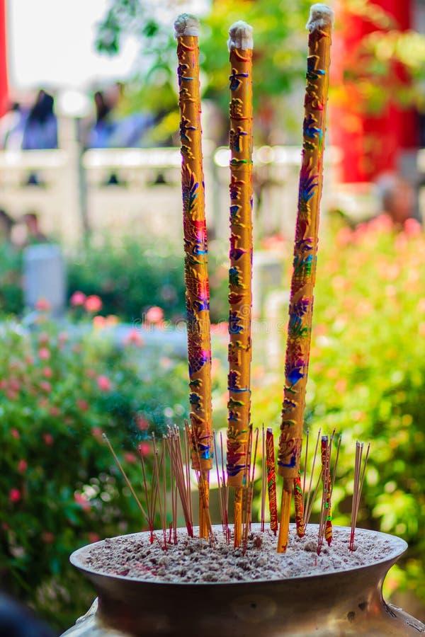 Красивые гигантские богато украшенные ручки амулета с символом дракона, гигантским gol стоковое фото