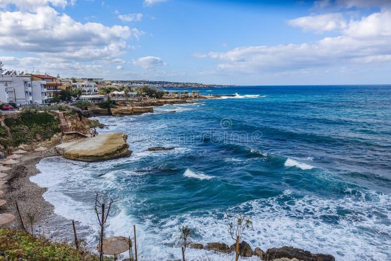 красивые голубые морские воды и волны белизны склоняя к побережью стоковые изображения