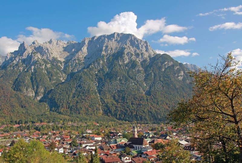 Красивые горы деревни и karwendel mittenwald стоковое изображение rf