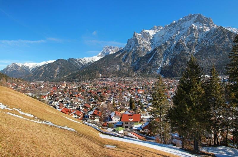 Красивые горы деревни и karwendel mittenwald стоковая фотография