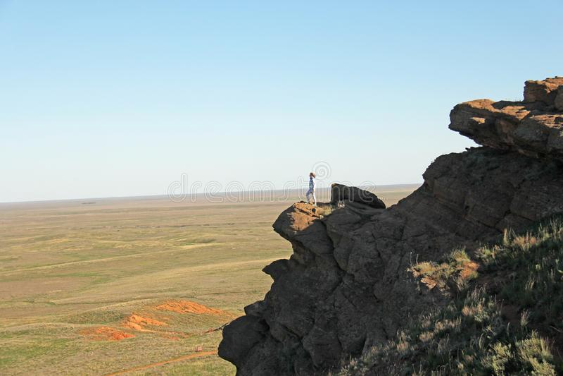 Красивые горы красной глины против голубого неба Ландшафт пустыни Космос для текста драматический ландшафт глины стоковая фотография