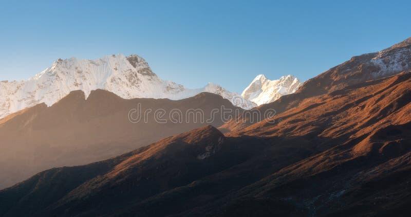 Красивые горы со снежными пиками на солнечном утре в Непале стоковая фотография rf