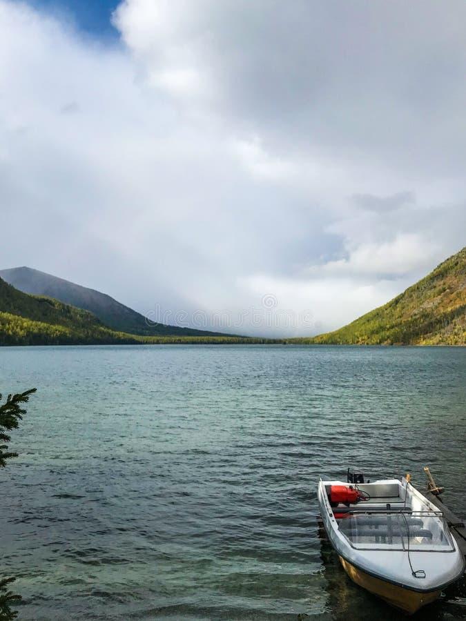 Красивые горы Altai озеро Multinskoe Россия Сентябрь 2018 стоковые фотографии rf