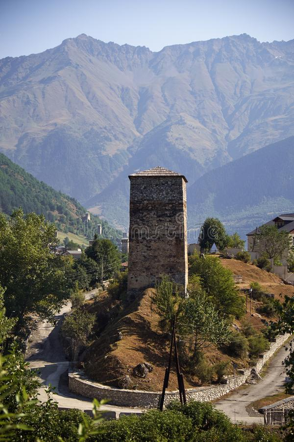 Красивые горы Svaneti, Georgia стародедовское зодчество стоковое фото