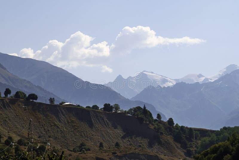 Красивые горы Svaneti, Georgia стародедовское зодчество стоковые фото