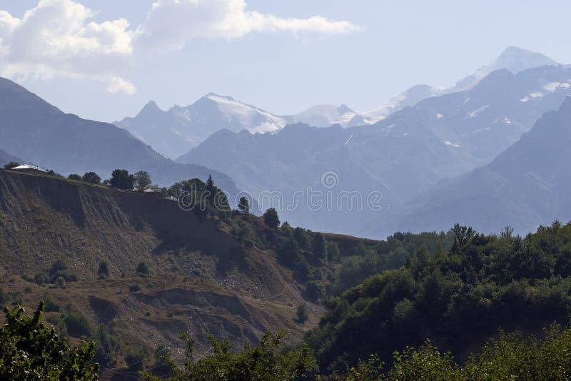 Красивые горы Svaneti, Georgia стародедовское зодчество стоковое изображение
