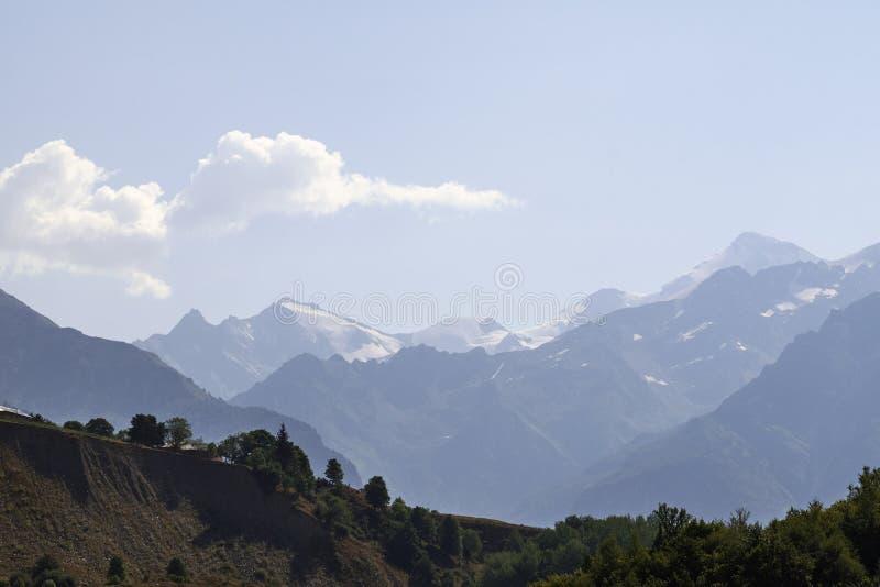 Красивые горы Svaneti, Georgia стародедовское зодчество стоковые изображения rf