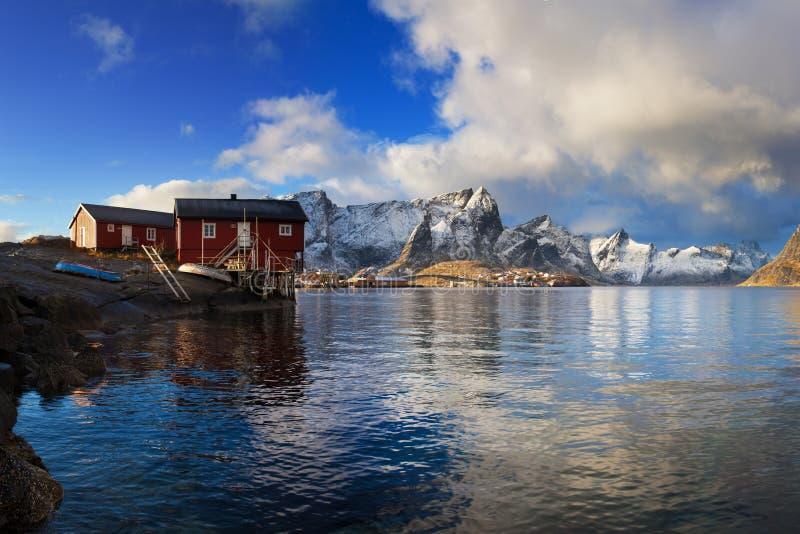 Красивые день и время захода солнца в сезоне зимы, рыбацком поселке Hamnoy Известная деревня Reine достопримечательности, Lofoten стоковое фото