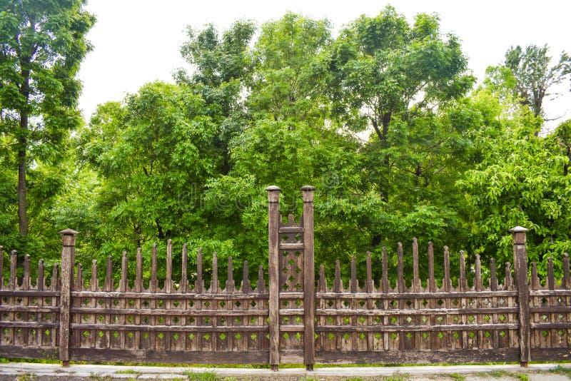 Красивые деревянные обнесут забором сад города стоковое фото