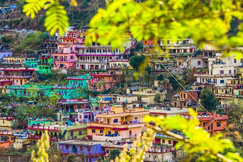 Красивые дома в долине гор стоковые фотографии rf