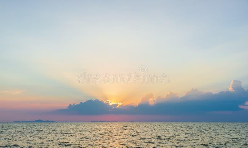 Красивые драматические облака неба со световыми лучами над морем на времени захода солнца Естественный ландшафт для предпосылки стоковые фото