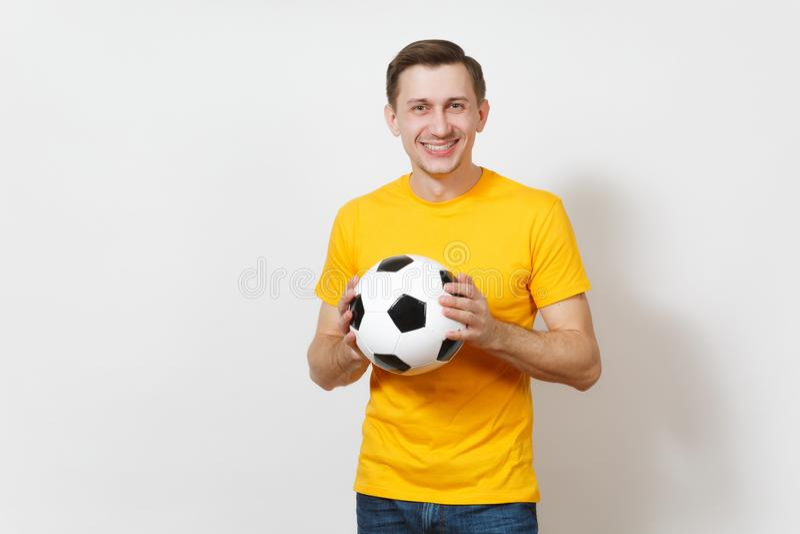 Красивые европейские молодые люди, футбольный болельщик или игрок на белой предпосылке Спорт, игра, здоровье, здоровая концепция  стоковые фотографии rf