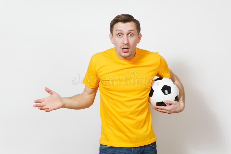 Красивые европейские молодые люди, футбольный болельщик или игрок на белой предпосылке Спорт, игра, здоровье, здоровая концепция  стоковые изображения