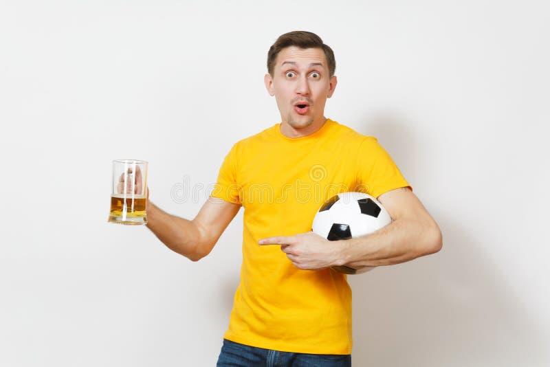 Красивые европейские молодые люди, футбольный болельщик или игрок на белой предпосылке Спорт, игра, здоровье, здоровая концепция  стоковое фото rf