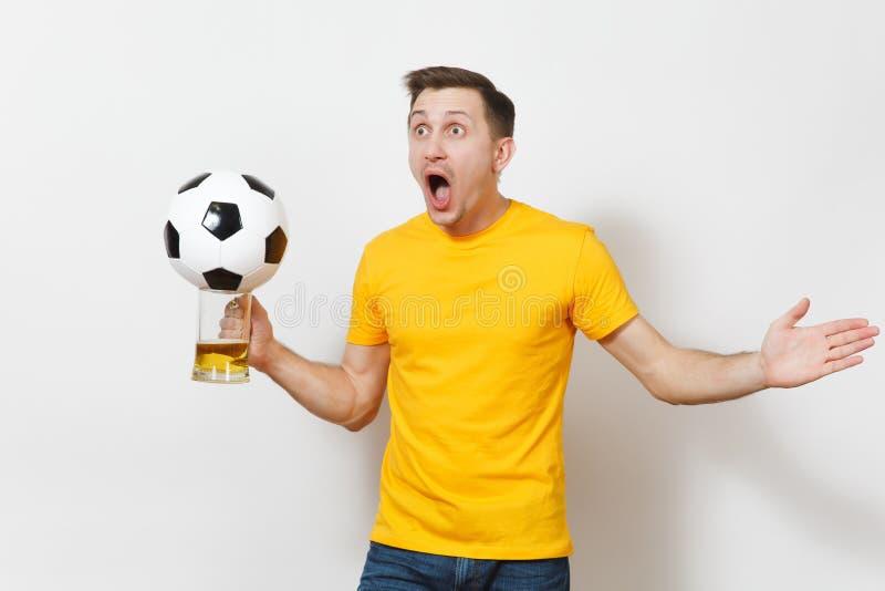 Красивые европейские молодые люди, футбольный болельщик или игрок на белой предпосылке Спорт, игра, здоровье, здоровая концепция  стоковое фото