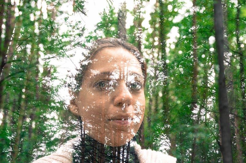 Красивые девушка и лес стоковое изображение