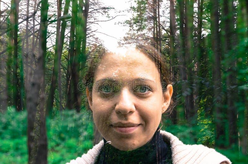 Красивые девушка и лес стоковое фото