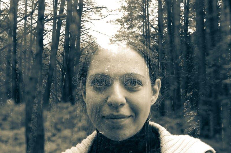 Красивые девушка и лес стоковые изображения