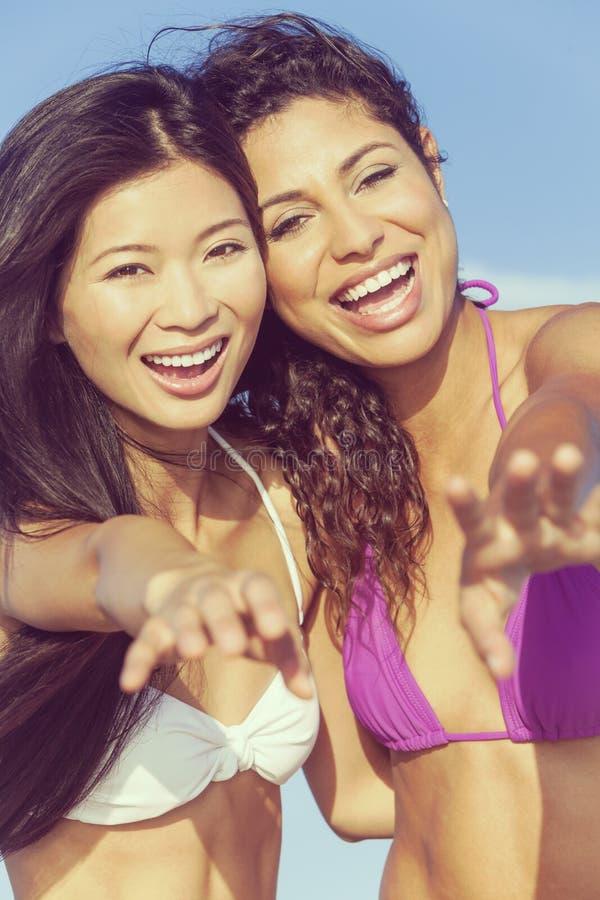 Красивые девушки женщин бикини смеясь над на пляже стоковые фотографии rf
