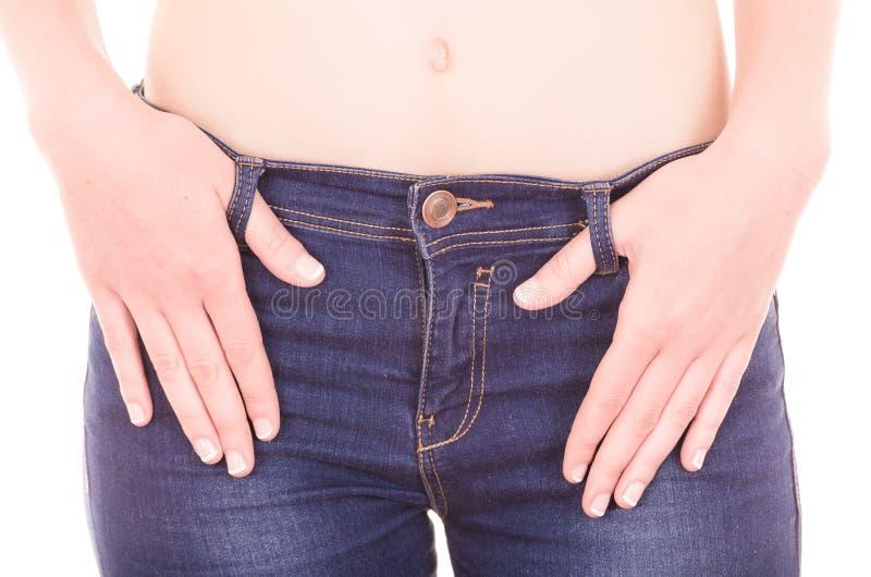 Красивые детеныши уменьшают джинсы топлесс женщины нося стоковые фотографии rf
