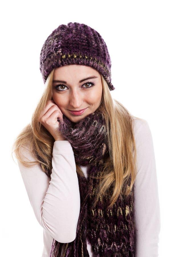Красивые женские модельные нося beanie и шарф стоковые изображения rf