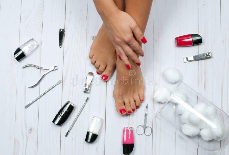 Красивые женские ноги на салоне спы на процедуре по pedicure стоковое фото rf
