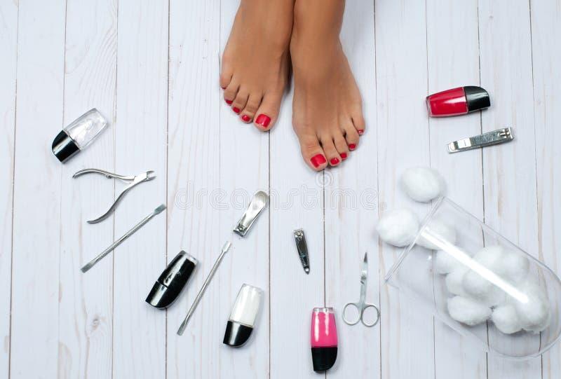 Красивые женские ноги на салоне спы на процедуре по pedicure стоковая фотография rf