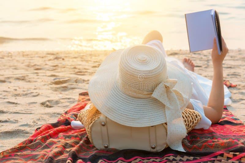 Красивые женщины путешествуют самостоятельно на пляже на лете стоковые изображения rf