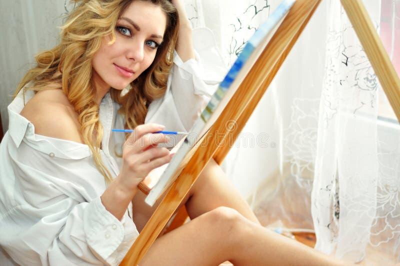 Красивые женщины создают искусство стоковые изображения rf