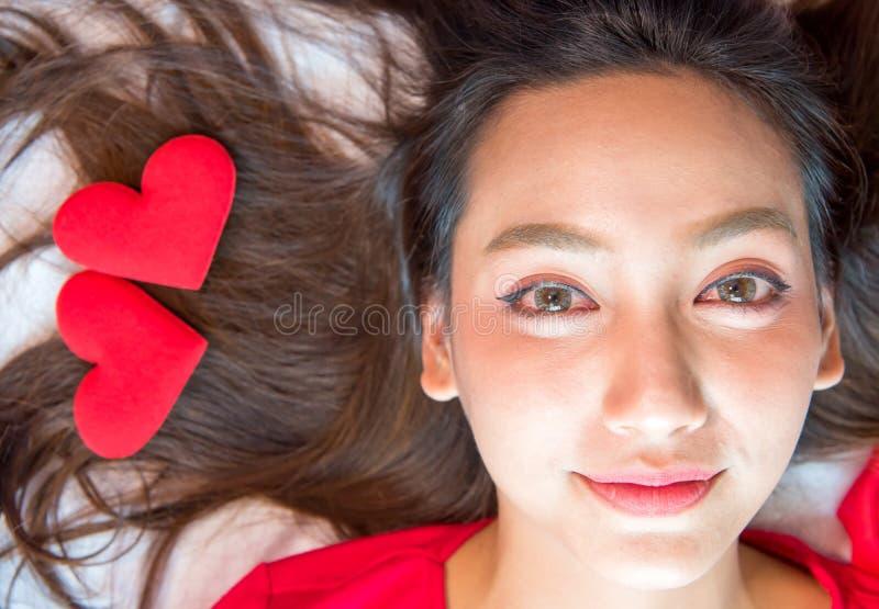 Красивые женщины с сердцем влюбленности на валентинке стоковая фотография rf