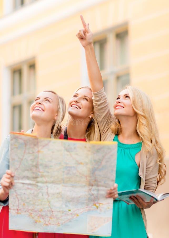 Красивые женщины с туристской картой в городе стоковые изображения rf