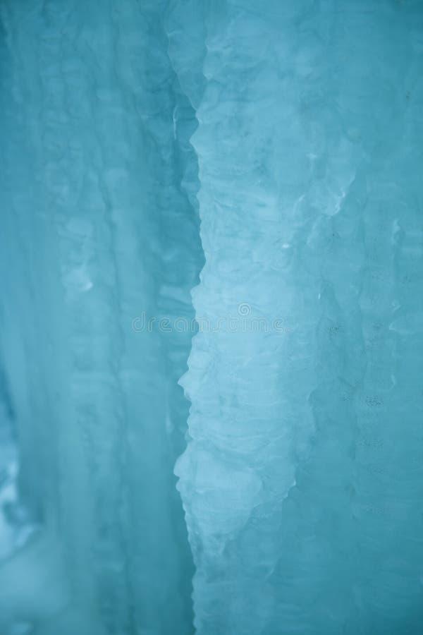 Красивые замороженные сосульки на обочине Норвежский пейзаж зимы стоковая фотография rf