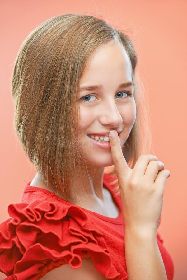 Download Красивые звонки женщины для безмолвия Стоковое Изображение - изображение насчитывающей hush, женщина: 33726667