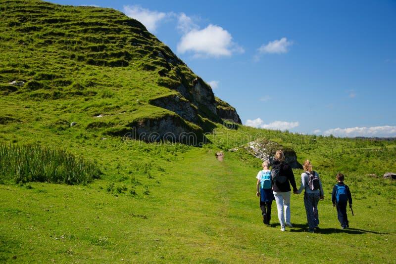 Красивые зеленые поля и холмы Ирландии, пешей семьи с детьми стоковое изображение rf