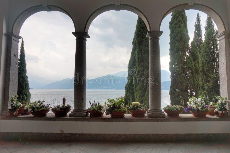 Красивые земли виллы Monastero на озере Como стоковое изображение